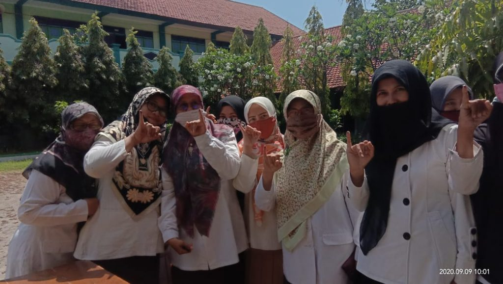 Para ibu guru telah menggunakan hak pilih nya dalam Pemilihan Ketua OSIM-MPK