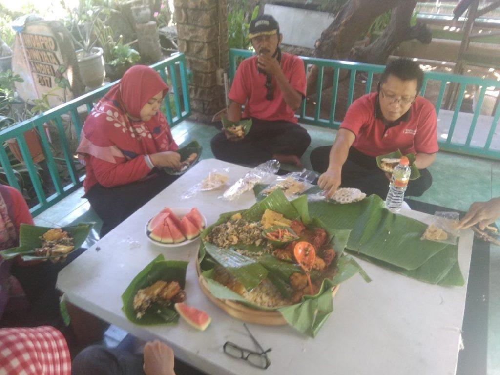 Makan Nasi Jagung bersama setelah Gowes