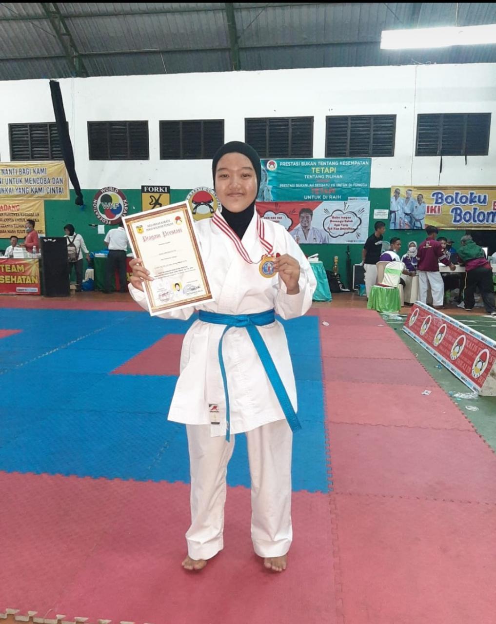 "Riska Ananda Putri kelas XI IPS 3 Juara 1 Kejuaran Karate INKAI Wilayah Tengah""Piala Ketua Umum INKAI Jawa Timur Ke-1 tahun 2020 antar Pelajar se-Jawa Timur di Pasuruan."